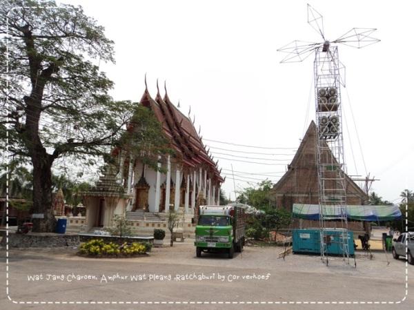 Tempel met openluchtconcertgeluidsinstallatie